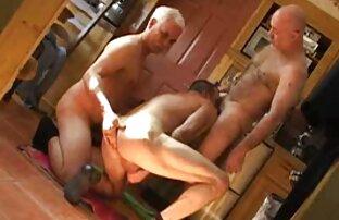 Egy fekete nő tejjel, gyönyörű könnyű húzás egy fehér srác erotikus szexvideok